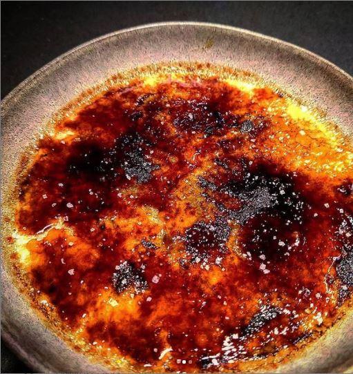 Creme brulee de Matcha queimado com acucar baunilhado